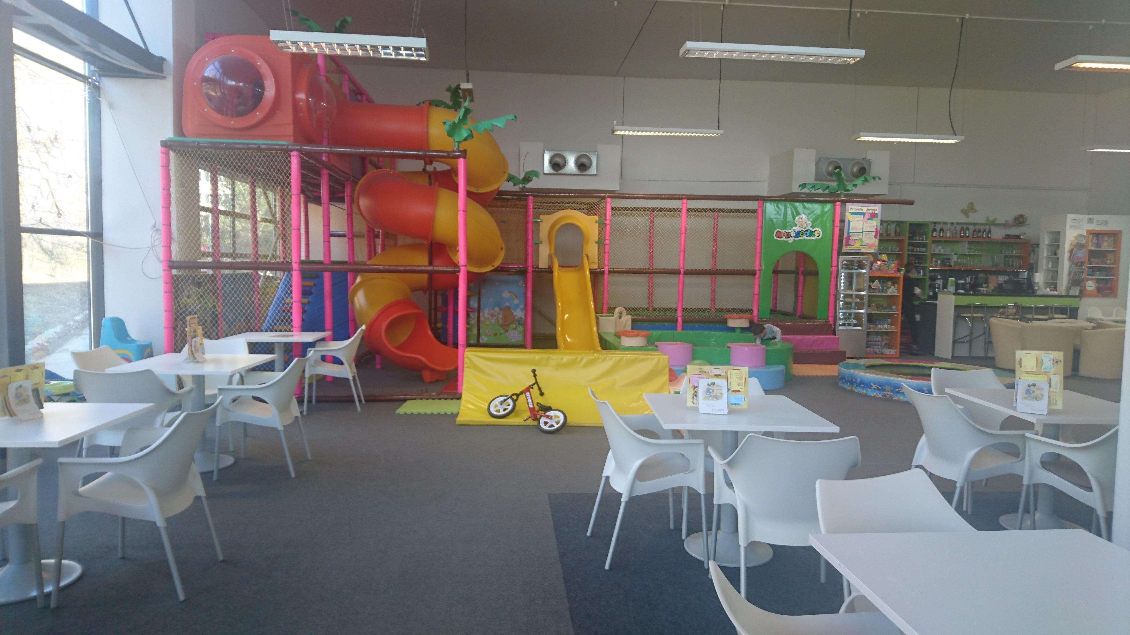 Interiérové ihrisko pre najmenších návštevníkov a ich rodičov s kaviarňou  na 2. poschodí v OC Južanka na sídlisku Juh Trenčín. 77e1e8e231e